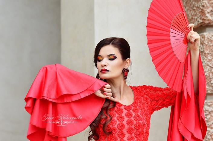 czerwona sukienka, mocny makijaż Ostrowiec