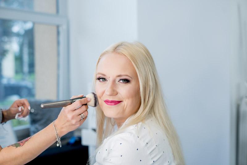 uśmiechnięta klientka makijaż w salonie Kocie OKO